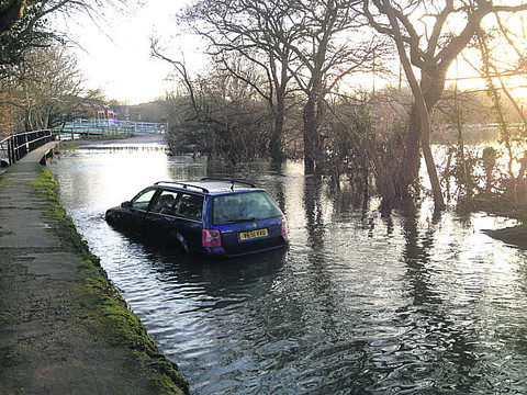 The abandoned car in Sandford Lane, Kennington