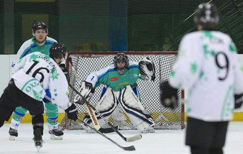 Bicester Advertiser: Alan Green lines up a shot in Oxford City Stars' 12-0 win against Lee Valley Lions