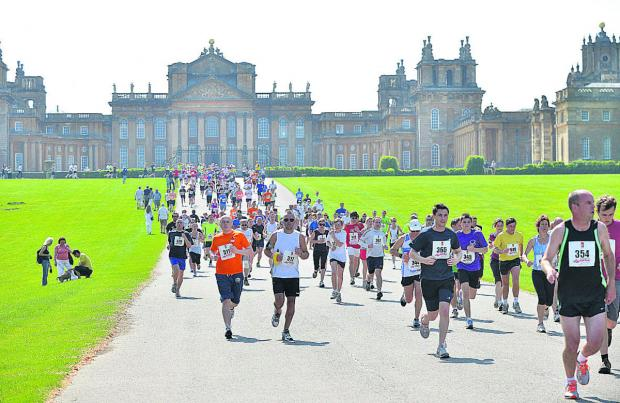 Bicester Advertiser: The racers run in the hot sunshine at Blenheim Palace